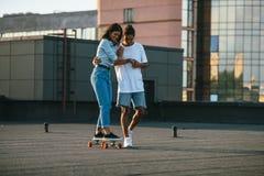 Giovane donna che impara guidare pattino fotografie stock libere da diritti