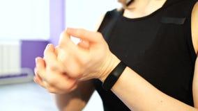 Giovane donna che impasta le sue mani prima della formazione stock footage