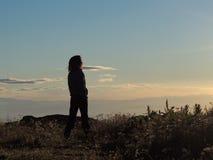 Giovane donna che incontra il Sun Immagini Stock Libere da Diritti