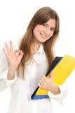 Giovane donna che indica segno giusto fotografia stock