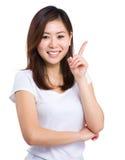 Giovane donna che indica in su Immagini Stock Libere da Diritti