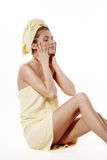Giovane donna che indossa asciugamano giallo Fotografie Stock