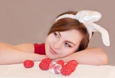 Giovane donna che indossa le orecchie del coniglietto di pasqua. Immagini Stock