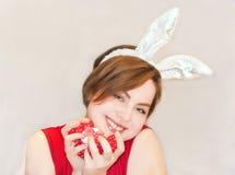 Giovane donna che indossa le orecchie del coniglietto di pasqua. Fotografia Stock