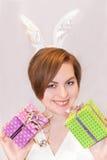 Giovane donna che indossa le orecchie del coniglietto di pasqua. Immagine Stock Libera da Diritti