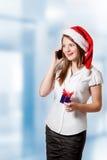 Giovane donna che invita il telefono Fotografia Stock Libera da Diritti