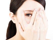 Giovane donna che la copre occhi a mano immagine stock