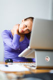 Giovane donna che lavora ad un computer ad un ufficio Fotografia Stock