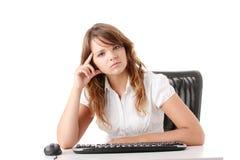 Giovane donna che lavora al calcolatore Fotografia Stock