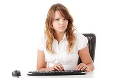Giovane donna che lavora al calcolatore Fotografie Stock Libere da Diritti