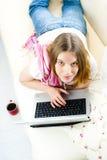 Giovane donna che lavora al computer portatile a Immagini Stock