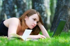 Giovane donna che lavora al computer portatile. Immagine Stock Libera da Diritti