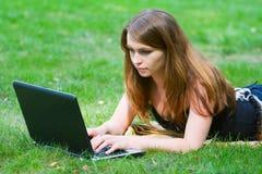 Giovane donna che lavora al computer portatile. Fotografie Stock Libere da Diritti