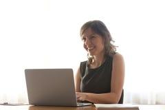 Giovane donna che lavora al computer portatile Fotografia Stock