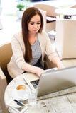 Giovane donna che lavora al computer portatile mentre sedersi all'aperto al caffè - Fotografie Stock