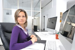 Giovane donna che lavora all'ufficio Immagine Stock