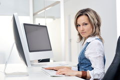 Giovane donna che lavora all'ufficio Immagine Stock Libera da Diritti