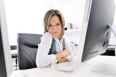 Giovane donna che lavora all'ufficio Immagini Stock Libere da Diritti