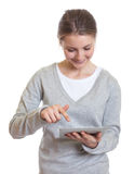 Giovane donna che lavora con il cuscinetto di tocco Immagini Stock