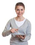 Giovane donna che lavora con il cuscinetto di tocco Immagine Stock Libera da Diritti