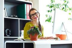Giovane donna che lavora dal concetto moderno di casa di affari fotografie stock