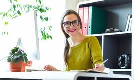 Giovane donna che lavora dal concetto moderno di casa di affari fotografia stock