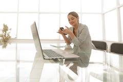 Giovane donna che lavora nella sala riunioni vuota fotografie stock libere da diritti