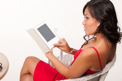 Giovane donna che legge il libro elettronico Fotografia Stock Libera da Diritti