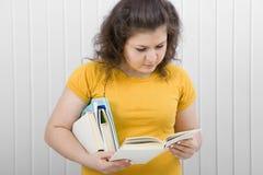 Giovane donna che legge un libro Fotografie Stock