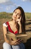 Giovane donna che legge un libro Fotografia Stock Libera da Diritti