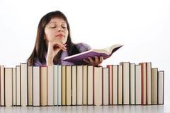 Giovane donna che legge un libro Fotografia Stock