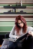 Giovane donna che legge un libro Immagine Stock Libera da Diritti