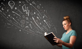 Giovane donna che legge un libro Fotografie Stock Libere da Diritti