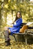 Giovane donna che legge un libro nella sosta Fotografie Stock Libere da Diritti