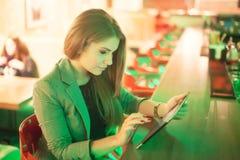 Giovane donna che legge una compressa digitale fotografia stock libera da diritti