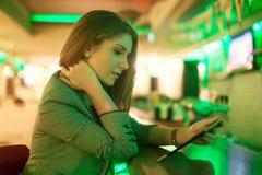 Giovane donna che legge una compressa digitale fotografia stock