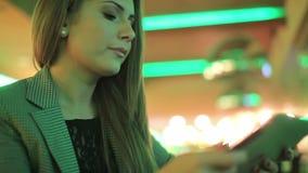 Giovane donna che legge una compressa digitale video d archivio