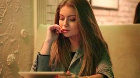 Giovane donna che legge una compressa digitale stock footage