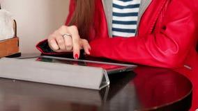 Giovane donna che legge una compressa digitale archivi video