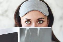 Giovane donna che legge uno scomparto fotografia stock