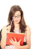 Giovane donna che legge uno scomparto Immagine Stock