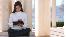 Giovane donna che legge vecchio libro fuori video d archivio