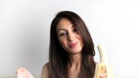 Giovane donna che mangia banana stock footage