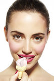 Giovane donna che mangia gelato freddo Immagine Stock