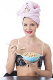Giovane donna che mangia i cereali da prima colazione che portano biancheria Fotografia Stock Libera da Diritti
