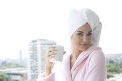 Giovane donna che mangia il caffè di mattina Fotografia Stock Libera da Diritti