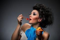Giovane donna che mangia il catrame fotografie stock