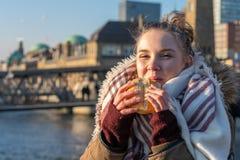 Giovane donna che mangia lo spuntino tedesco del nord del pesce di alimento al porto di Amburgo fotografia stock