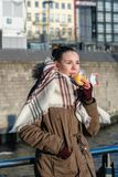 Giovane donna che mangia lo spuntino tedesco del nord del pesce di alimento al porto di Amburgo fotografia stock libera da diritti