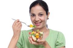 Giovane donna che mangia macedonia Fotografia Stock Libera da Diritti